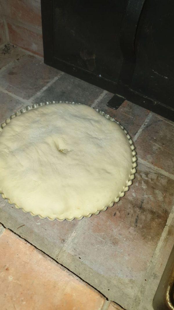 пирог в форме для выпечки расстаивается